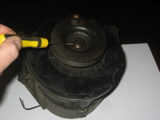 A slot in the pulley mates with the protruding woodruff key